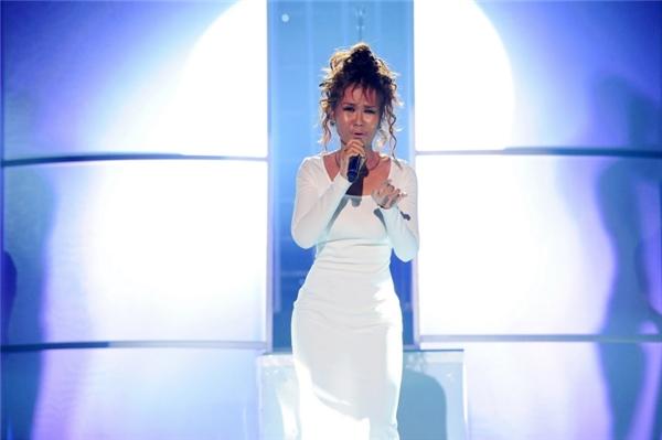 Trong khi đó, Võ Hạ Trâm lại trở thành Whitney Houston và thể hiện ca khúc I will always love you. - Tin sao Viet - Tin tuc sao Viet - Scandal sao Viet - Tin tuc cua Sao - Tin cua Sao