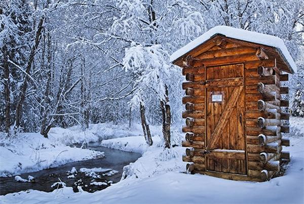 Nhà vệ sinh bằng gỗ thân thiện với môi trường tại Khu nghỉ mát Suối nước nóng Chena, Alaska, Mỹ.