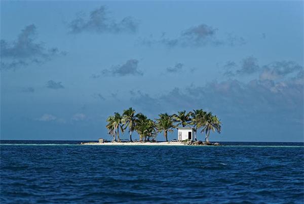 Độc đáo nhất có lẽ là nhà vệ sinh chơ chọi giữa đảo hoang gần Palcencia, Beliza.
