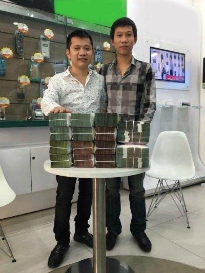 Ông Đỗ Trọng Hiếu (bên trái) giao dịch với ông Nguyễn Tiến Chiến.