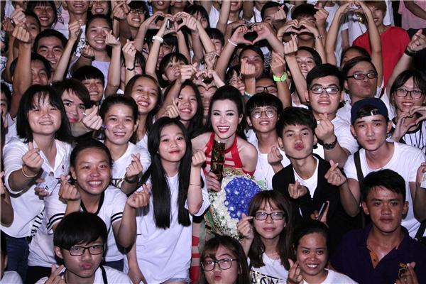 """Khá đông các bé fan đã đứng đợi thần tượng ở ngoài cổng để ăn mừng chiến thắng. Đông Nhi hạnh phúc và thốt lên: """"FC của mình thật bá đạo!"""" - Tin sao Viet - Tin tuc sao Viet - Scandal sao Viet - Tin tuc cua Sao - Tin cua Sao"""