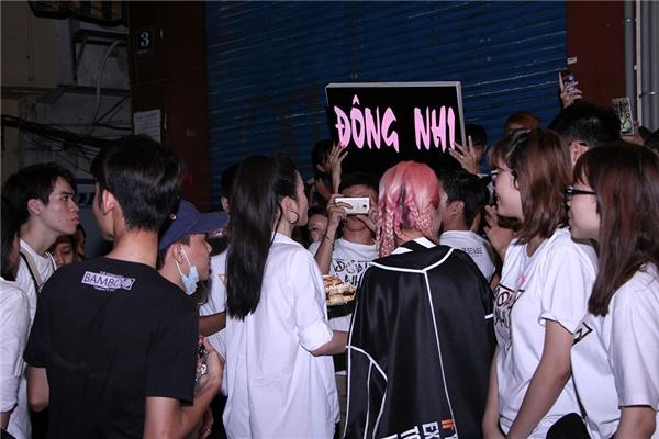 Một lúc sau, Đông Nhi tiếp tục hẹn một nhóm fan ăn mừng tại một góc đường ở quận 1, TP.HCM - Tin sao Viet - Tin tuc sao Viet - Scandal sao Viet - Tin tuc cua Sao - Tin cua Sao