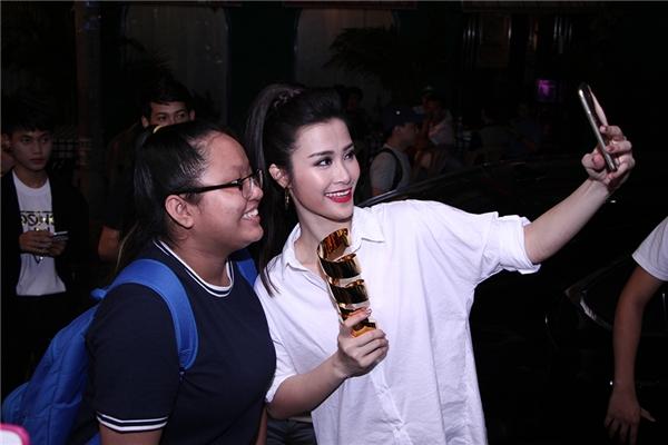 Hậu chiến thắng, Đông Nhi ăn mừng sinh nhật muộn cùng fan - Tin sao Viet - Tin tuc sao Viet - Scandal sao Viet - Tin tuc cua Sao - Tin cua Sao