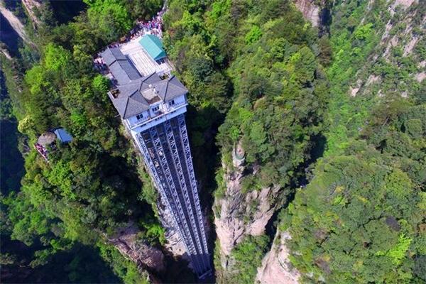 Thang máy Bailong hiện nay đang nắm giữ kỉ lục chiếc thang máy ngoài trời cao nhất thế giới.