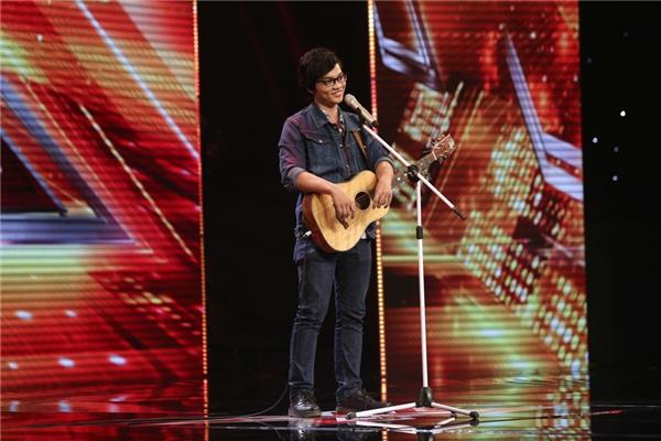 """Trần Duy Khang cùng cây đàn guitar đã """"hớp hồn"""" khán giả với ca khúc Stand by me. - Tin sao Viet - Tin tuc sao Viet - Scandal sao Viet - Tin tuc cua Sao - Tin cua Sao"""