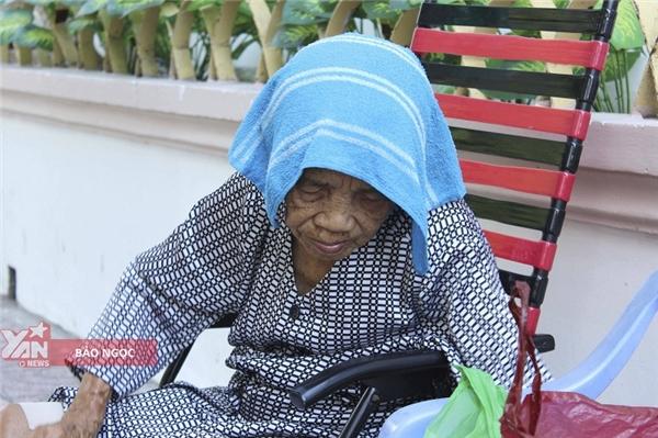 Mấy mươi năm gồng gánh cuộc sống giờ đây ở tuổi 86, sức khỏe bàđã kiệt. (Ảnh: Bảo Ngọc)