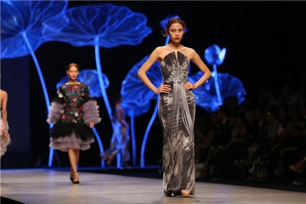 Thế mạnh của Hoàng Minh Hà vẫn được tập trung khai thác triệt để đó chính là cách tạo phom trang phục chắc chắn đến từng chi tiết. Trong năm 2015 vừa qua, trang phục của Hoàng Minh Hà đã giúp Lệ Quyên, Thúy Vân tỏa sáng trên các đấu trường nhan sắc quốc tế.