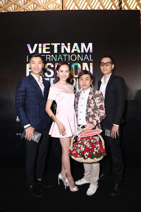 """Giải đồng siêu mẫu 2015 Trần Trung """"chuẩn man"""" bên Kim Duyên, đạo diễn thời trang Kim Khánh và Thanh Hải."""