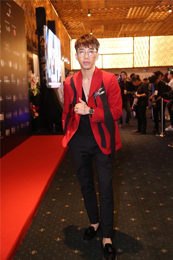 Bộ trang phục của Hoàng Ku được chọn phối trên nền hai tông màu đỏ, đen truyền thống. chúng mang đến vẻ ngoài lịch lãm, sang trọng nhưng không kém phần trẻ trung, cá tính cho chàng stylist đất Hà thành.