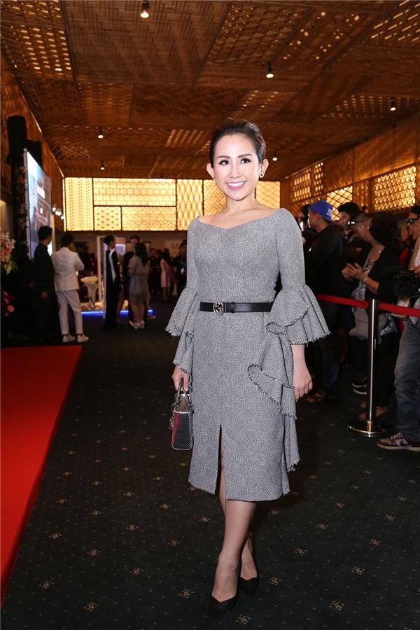 Fashionisto Trâm Nguyễn với bộ váy thanh lịch, sang trọng kết hợp cùng túi Dior, thắt lưng Gucci và hoa tai Chanel đắt đỏ.