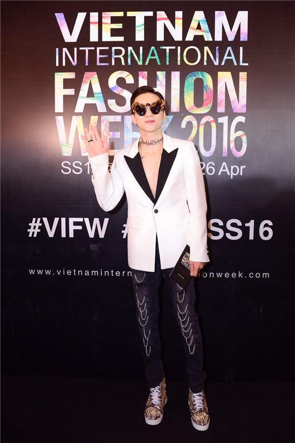 Được biết Phúc Cường đầu tư khá tốn kém cho trang phục để dự show thời trang, anh diện áo, quần của thương hiệu Saint Laurent mix cùng giầy đinh tán của Louboutin và mắt kính của Gentle Monster.