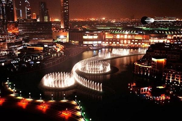 Hệ thống đài phun nước nằm trong hồ Burj ở Dubai là công trình phun nước lớn nhất thế giới. (Ảnh: Internet)