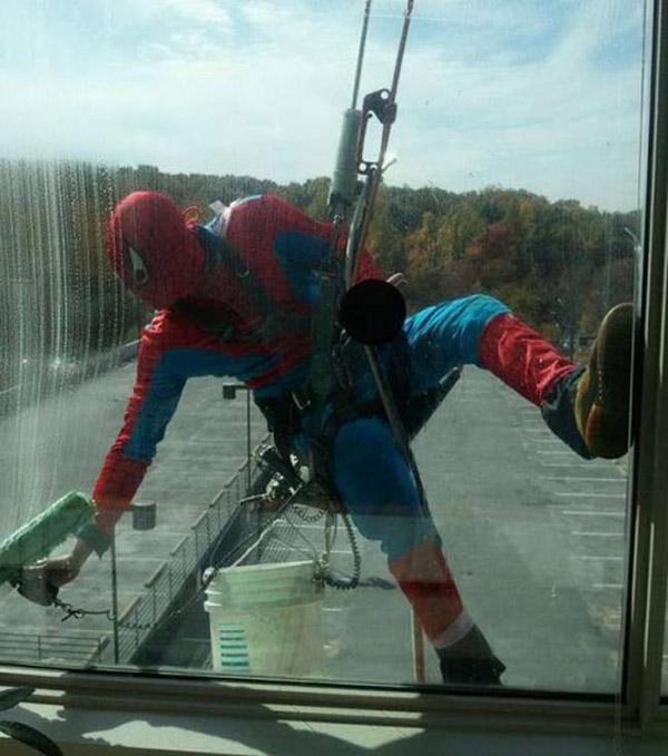 'Người nhện' phải làm thêm để cải thiện thu nhập.