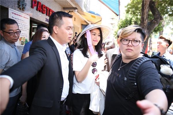 Vợ chồng Hồ Hạnh Nhi hớn hở đội nón lá đi ăn phở