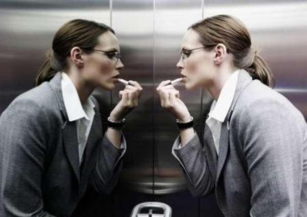 Gương soi trong thang máy cũng có chức năng giúp người dùng chỉnh trang lại quần áo, diện mạo và lớp trang điểm.(Ảnh: Internet)