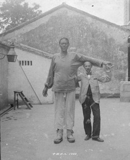 Một người khổng lồ ở tỉnh Giang Tô, do nhiếp ảnh gia người Mỹ James Ricalton chụp vào năm 1900.