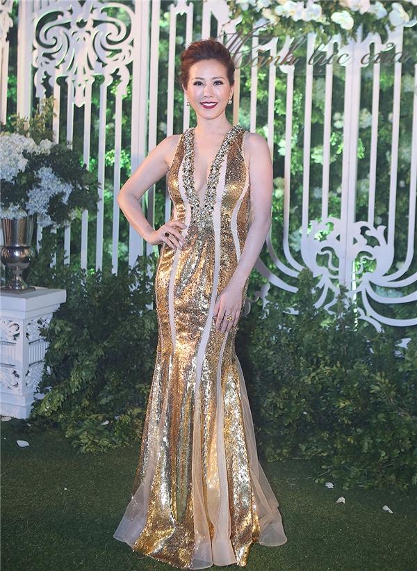 Hoa hậu Thu Hoài khoe khéo thân hình chuẩn trong bộ đầm bó sát cơ thể.