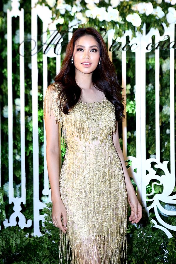 Hoa hậu Hoàn vũ Phạm Hượng lộng lẫy trong bộ cánh tua rua màu vàng bắt mắt.