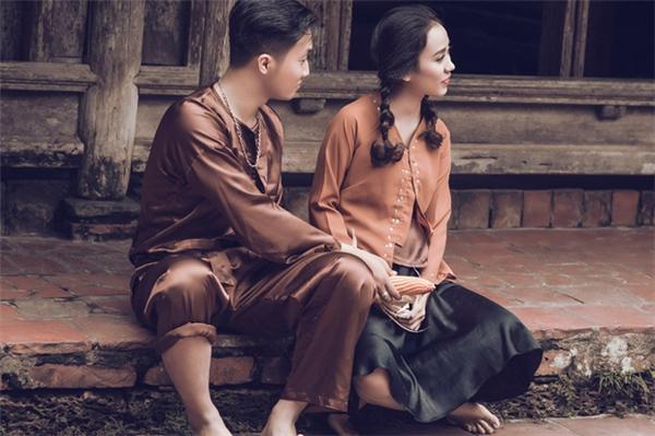 Khi yêu nhau, cô đang theo học ở Hà Nội nhưng tuần nào anh cũng đi xe máy đón nàng về nhà và đến ngày đi lại đưa nàng lên trường. Vì thương người yêu say xe nên chàng không nỡ để cô đi xe ô tô khách vượt qua quãng đường hơn 150km.(Ảnh: Long Phạm)