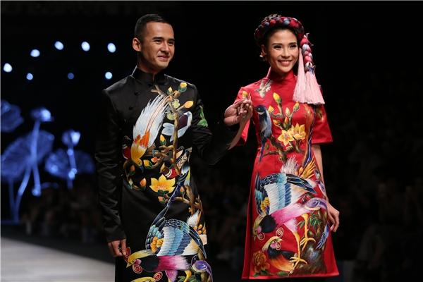 Cặp đôi diện áo dài cách điệu với những họa tiết in thêu to bản. Trên nền vải đen huyền bí, hình ảnh những chú chim đa sắc màu đã tạo nên một bức tranh chân thật, sắc nét đến từng chi tiết về ngày hạnh phúc của lứa đôi.