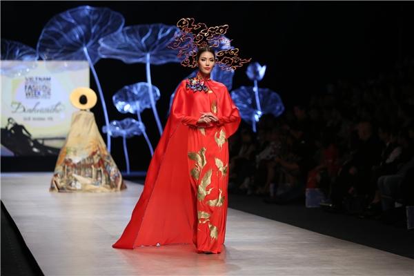 Chốt màn trong bộ sưu tập này chính là Top 11 Hoa hậu Thế giới 2015 Lan Khuê. Cô diện áo dài màu đỏ kết hợp họa tiết thêu bằng chỉ vàng cao cấp. Thiết kế được cách tân với phần áo choàng cape đi kèm.Những sải bước chuyên nghiệp của Lan Khuê đã thực sự làm say đắm tâm hồn người xem.
