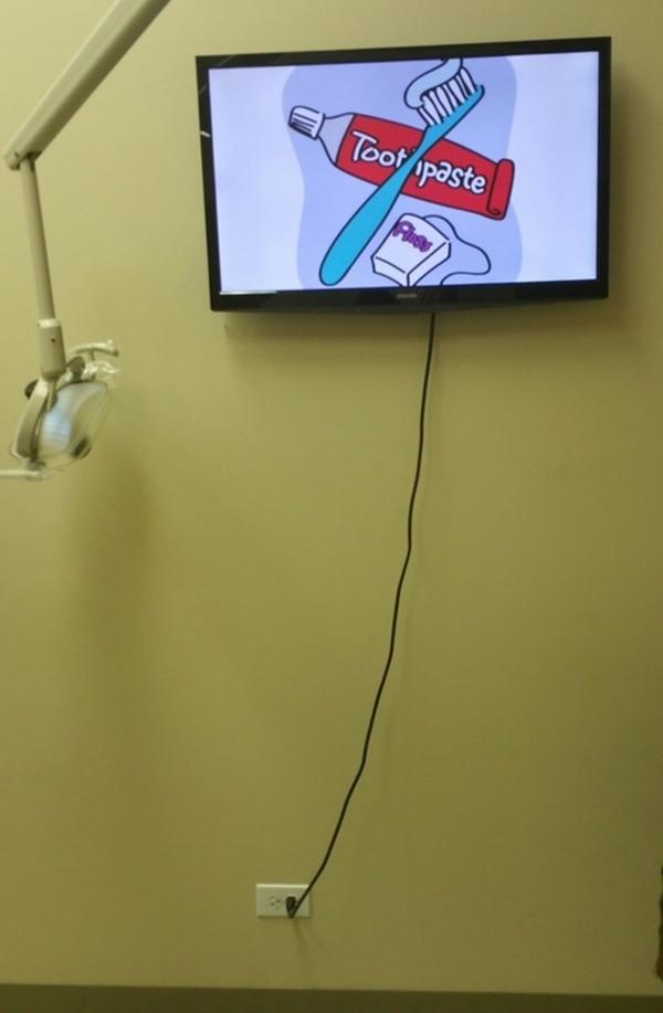 10. Bảo sao tìm mãi không thấy đầu kia ở đâu, hóa ra chui tọt vào màn hình rồi.
