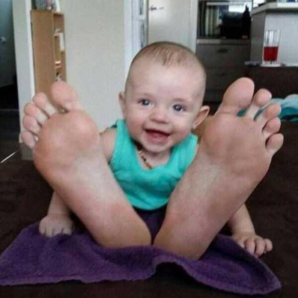 12. Đôi chân khổng lồ của chàng trai tí hon.