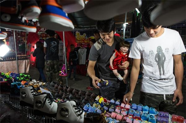 Bạn có thể tìm thấy cảnh những ông bố bà mẹ đưa búp bê của mình đi mua sắm