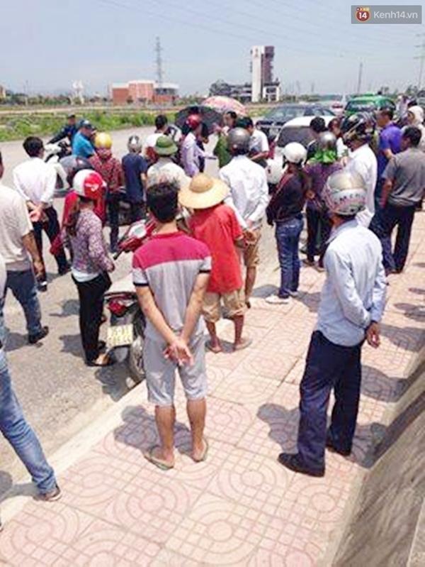 Sau khi xảy ra sự việc rất đông người dân tập trung tại hiện trường.