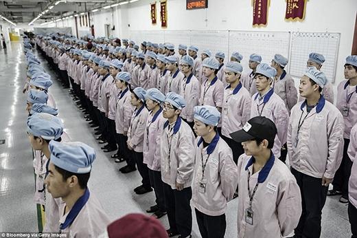 Các công nhân có tác phong không khác trong quân sự trong bộ đồng phục sạch sẽ, giản dị gồm áo khoác hồng, mũ xanh và dép nhựa. (Ảnh: Internet)