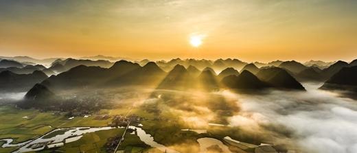 Toàn cảnhthị trấn nhìn từ trên xuống vào mùa lúa chín mang lại cảm giác hết sức yên bình.(Ảnh: Internet)