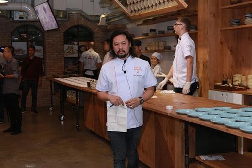 Tiếp nối bữa tiệc tối ngày 22/4 cũng tạiGrain Cooking Studio,Biên Nguyễn - bếp trưởng của nhà hàng Xu tiếp tụcđảm nhận vai trò MC của buổi tiệc này.