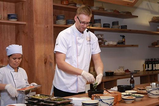 Mở đầu bữa tiệc, đầu bếp Julien trổ tài nấu nướng trước mặt thực khách với món cá hồi nổi tiếngcủa vùng Tasmanian - một hòn đảo phía nam nướcÚc.