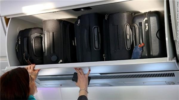 Lấn chiếm không gian trong hộc giữ hành lý trong khoang máy bay.Bạn gấp gọn áo khoác cùng với mũ vào chỗ cất đồ bên trên chỗ ngồi. Thật tệ là một hành khách khác làm hỏng đồ của bạn khi nhét toàn bộ hành lý xách tay, xe đẩy, các túi mua hàng vào không gian chật hẹp vốn chỉ dành cho đồ đạc cá nhân.