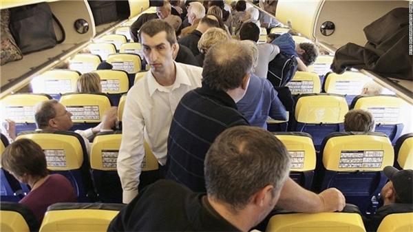 Người đi sau chen lấn để xuống máy bay trước.