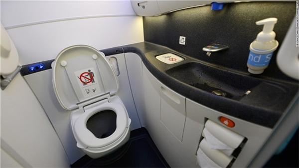 'Câu giờ' trong nhà vệ sinh trên khoang máy bay.