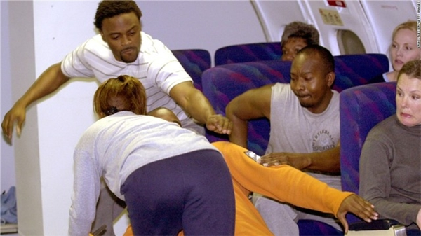 Đá vào lưng ghế trước.Hành vi này dễ gây nên ẩu đả trên máy bay.