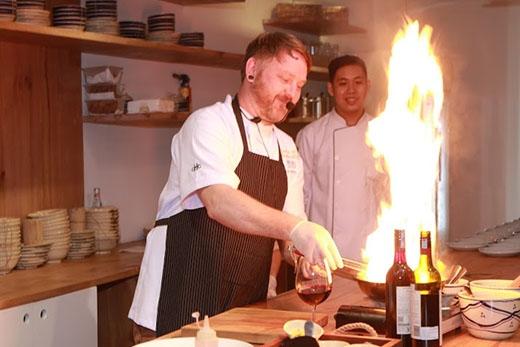 """Đầu bếp Joel Manton đang thực hiện món ăn thứ hai. Màn biểu diễn """"rực lửa"""" của Joel khiến toàn bộ thực khách tại buổi tiệc vô cùng kinh ngạc và thích thú."""