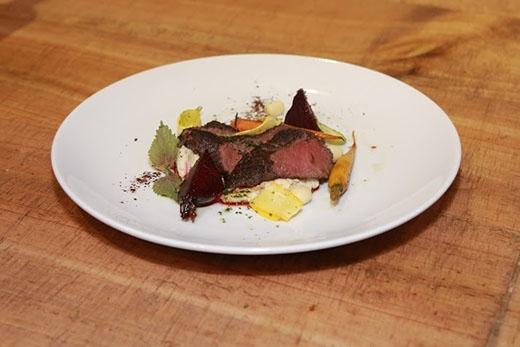Món ăn thứ hai chính là sự kết hợp độc đáo giữa đặc sản của Úc- thịt Kangaroo,nước sốt mật ong vàcác loại rau củ như cà rốt, củ cải đường, hạt sen...