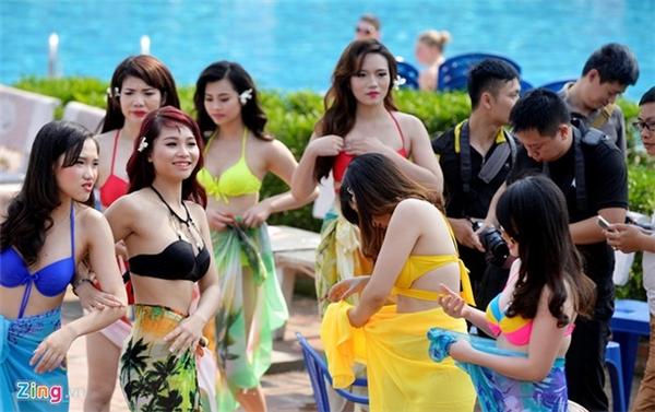 Chiều 24/4, một đơn vị tổ chức tiệc chụp ảnh bikini tại bể bơi với sự tham gia của 15 cô gái làm người mẫu.