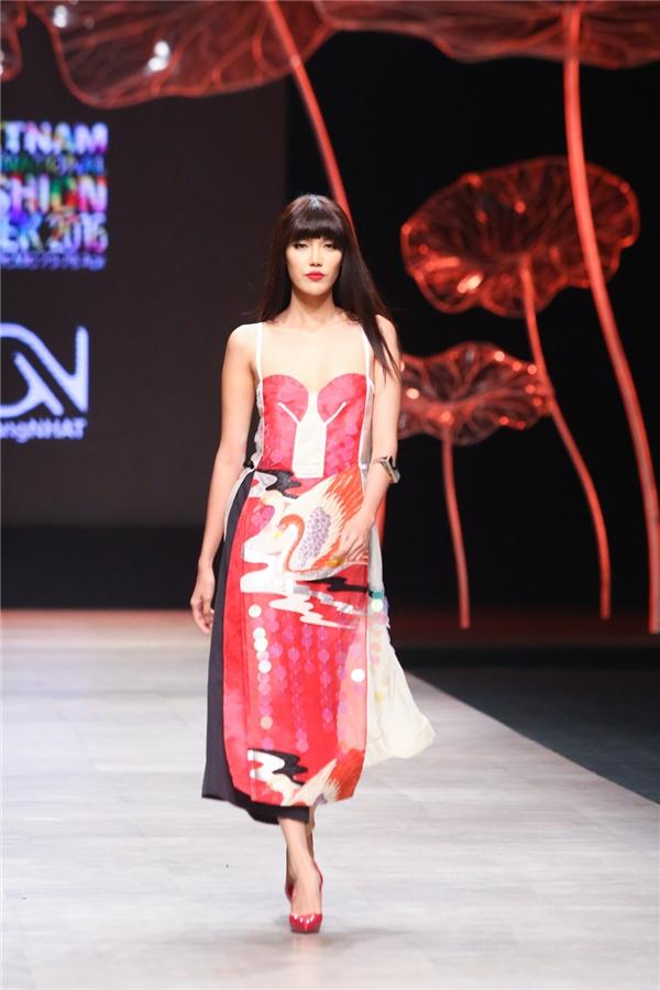 Lan Khuê trình diễn bộ áo dài cách điệu trên nền chất liệu, họa tiết mang đậm âm hưởng truyển thống của đất nước Nhật Bản. Những sải bước của Lan Khuê đều mềm mại, uyển chuyển đến mê hồn.