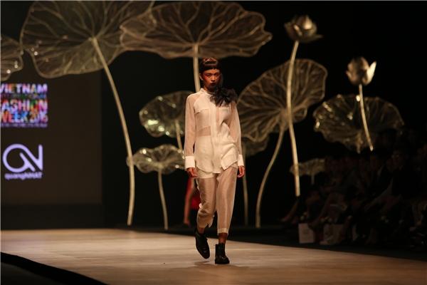 Trong tiếng nhạc nền mạnh mẽ, Mâu Thanh Thủy - Quán quân Vietnam's Next Top Model 2013 mở màn viết nên chương đầu tiên của câu chuyện cổ tích. Giữa những bộn bề, lo toan của cuộc sống, Quang Nhật quan niệm chính cõi thần tiên sẽ là thế giới giúp chúng ta giải thoát.