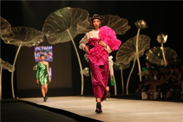 Tổng quan những thiết kế của Quang Nhật đều mang tính chất nghệ thuật đương đại khai thác chiều sâu các nền văn hóa dân gian. Nhà thiết kế trẻ phát huy tối đa việc xử lí bề mặt và kết hợp chất liệu ngẫu hứng nhưng có tính toán. Hình tượng những cô gái trong thiết kế của Quang Nhật dung hòa giữa cá tính mạnh mẽ cùng nét nữ tính dịu dàng.
