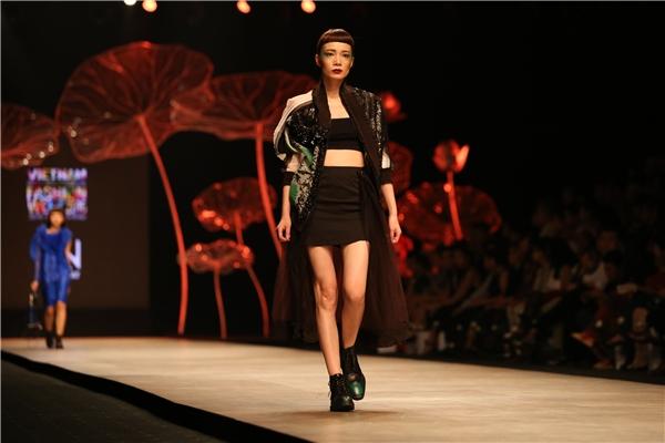 Một số mẫu trang phục unisex còn thể hiện rõ thông điệp này khi kết hợp giữa trang phục nữ và trang phục nam.