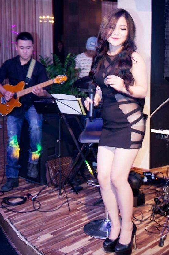 Bộ váy làm lộ rõ phần nội y bên trong của nữ ca sĩ. Sau khoảng thời gian bị cấm diễn, Hương Tràm đã có những sự thay đổi tích cực hơn trong việc ăn mặc.