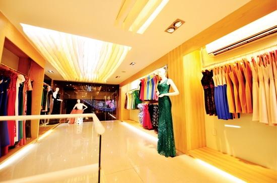 Những bộ trang phục lộng lẫy được trưng bày trong showroom của cô. - Tin sao Viet - Tin tuc sao Viet - Scandal sao Viet - Tin tuc cua Sao - Tin cua Sao