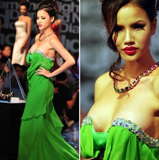 """Bộ váy cúp ngực đã """"phản chủ"""" khi Bebe Phạm di chuyển trên sàn diễn. 3,5 triệu cũng là mức phạt mà cô phải chịu với sự cố ngoài ý muốn này."""