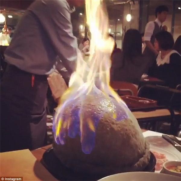Người phục vụ sẽ tưới cồn lên phần bột tròn như quả bóng rổ ấy, châm lửa và rồi chiếc bánh sẽ đột nhiên biến thành một quả cầu lửa.(Ảnh: Instagram)