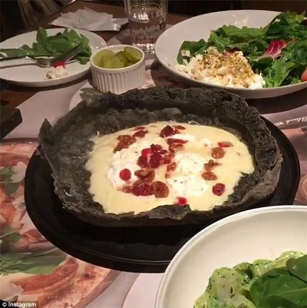 Một số vị được yêu thích nhất có thể kể đến là Quattro Formaggi (pizza 4 loại phô mai), pizza thịt bò phô mai, phô mai nho khô.(Ảnh: Instagram)
