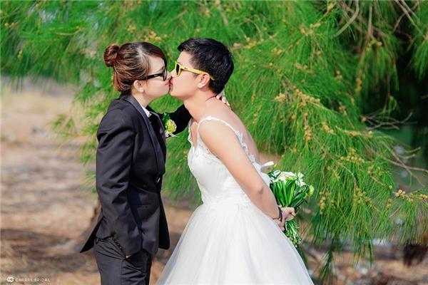 Bộ ảnh được thực hiện cách đây không lâu, trong đó, Duy mặc trang phục cô dâu còn Phượng mặc đồ chú rể.